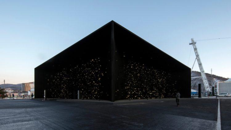 двускатной крышей