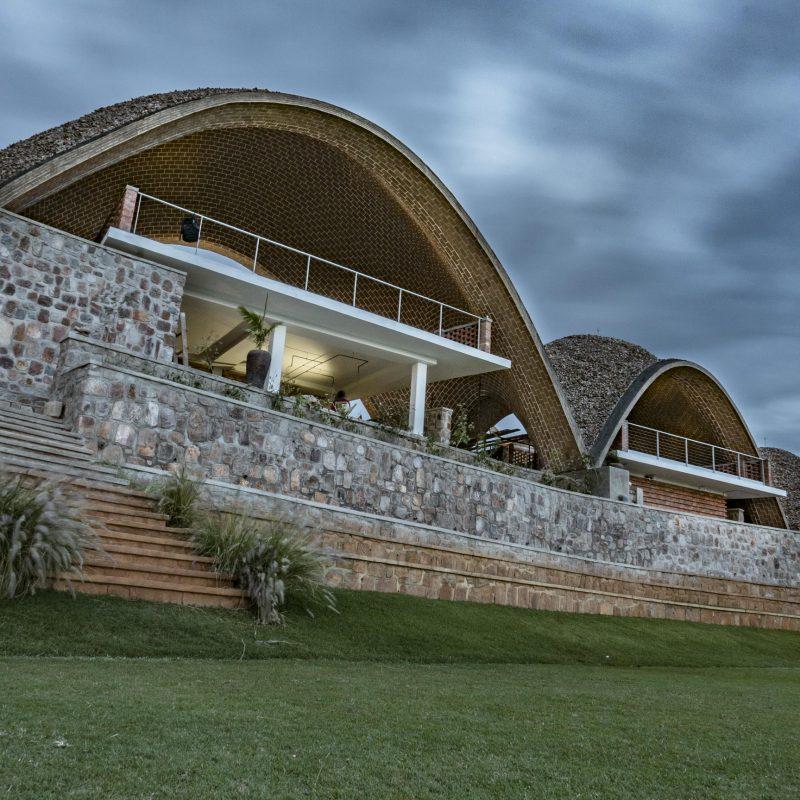 шатрообразные крыши крикетного стадиона в Руанде 4