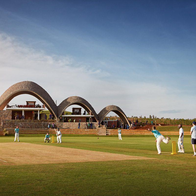 шатрообразные крыши крикетного стадиона в Руанде
