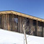 длинный деревянный скат крыши