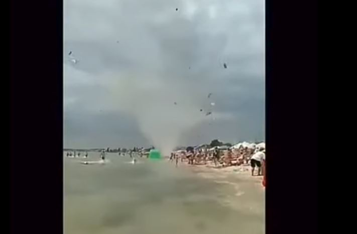 смерч на пляже